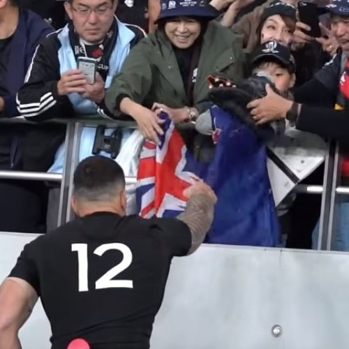 Sonny Bill Williams regala le scarpe al piccolo tifoso [VIDEO]